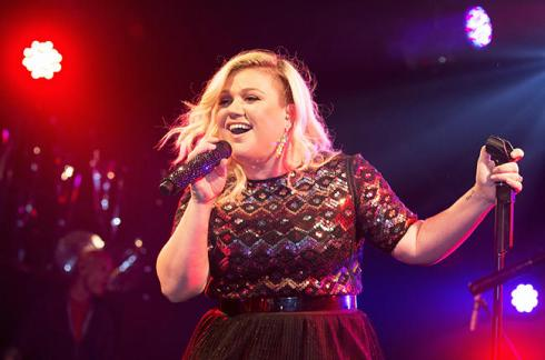 Nick Jonas and Kelly Clarkson Perform Valentine's Gig at G-A-Y